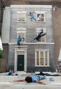 """""""Dalston House"""": uma intervenção urbana que modifica as dimensões espaciais do público"""
