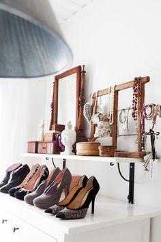 Eija rakastaa kenkiä ja Minna Parikka on yksi suosikeista. Piianpeilin Eija on saanut äidiltään lahjaksi. Vanha lankarullateline on kirpputorilta.
