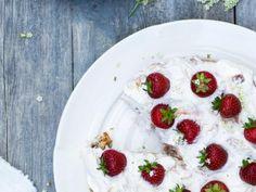 Amandeltaart met rabarber-aardbeienroom (Libelle Lekker!)