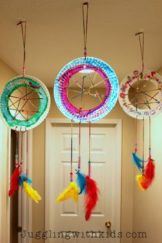 Make these beautiful paper plate dream catchers with your children to whisk away all their bad dreams.  #jugglingwithkids