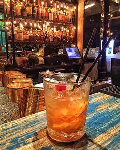 Yaz geldi kokteyl zamanı! Kısa ama dolu dolu geçen Bükreş seyahatimde birbirinden güzel restoran ve kokteyl barlar keşfettim. Entourage'da içtiğim Four Roses bazlı Old Fashioned gerçekten müthişti #MPBukres #cocktail #oldfashioned #viski #whisky #whiskey #singlemalt #bourbon #burbon #scotch #scotland #viskitadimi #maltingunu #meleklerinpayi #whiskyporn #whiskylove #whiskygram #InstaLike #InstaDram #whiskytasting #bugunviskim #viskisever #viskitutkunlari #slainte