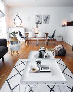 In diesem offenen Wohnzimmer kann man sich nur Wohlfühlen. Der Rauten-Teppich, der Strickpouf und Accessoires in Schwarz und Weiss sorgen für ein modernes Wohnklima. Der trendige Wandspiegel Liz rundet den Look mit einem Hauch von Industrial-Chic perfekt ab. // Wohnzimmer Ideen Esstisch Esszimmer Kissen Pouf Couchtisch Spiegel Korb Deko Dekoration #WohnzimmerIdeen #EsszimmerIdeen #Wohnzimmer #Couchtisch @va.interiorstyle