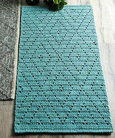 Kauniin sinivihreä matto tuo olohuoneeseen tai parvekkeelle valoisan ja raikkaan tunnelman! Matosta tulee ryhdikäs, kun se tehdään napakalla käsialalla kierrätyspuuvillaisesta ontelokuteesta. Crochet Feather, Crochet Mandala, Filet Crochet, Crochet Yarn, Diy Crochet Patterns, Crochet Blocks, Crochet Carpet, Crochet Curtains, Crochet Table Runner