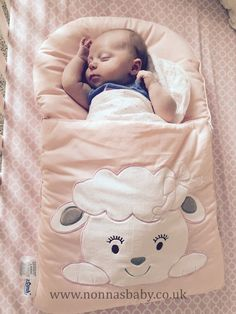 Adalyn is a gorgeous little lady. She looks so cute and cosy in her Cotton Candy nap mat. Thanks to Noni Sandi for sharing this photo of her daughter Jena's little angel. :-) • More about nap mats here: https://nonnasbaby.co.uk/baby-nap-mats/