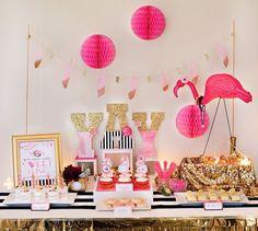 E hoje tem festa por aqui! Duas pessoas pelo facebook me pediram para postar sobre festa inspirado nos flamingos e cá estou para falar desse tema tão fofo. Para quem não sabe, Os flamingos são aves pernaltas, de bico encurvado, que medem entre 90 e 150cm. A sua plumagem pode ser bastante colorida em tons…