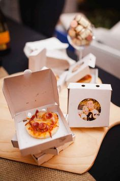 And these mini-pizzas in MINI-BOXES are an amazing way to treat your guests to a late-night snack. And these mini pizzas in MINI BOXES are an amazing way to treat your guests to a late-night snack. Wedding Snacks, Edible Wedding Favors, Wedding Favors Cheap, Brunch Wedding, Wedding Night, Wedding Ideas, Wedding Foods, Edible Favors, Wedding Menu
