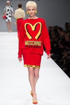 Jeremy Scott vamps up Moschino Fall 2014 Ready-to-Wear with McDonalds, Budeweiser, and other Americanized foods at Milan Fashion Week. Fast Fashion, News Fashion, Fashion Moda, Love Fashion, Runway Fashion, High Fashion, Fashion Show, Fashion Design, Fashion Trends
