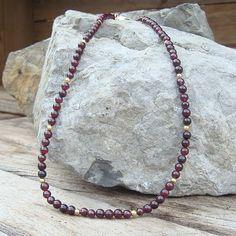 Collier de perles de grenat facetté. Les apprêts sont en plaqué or 3 microns