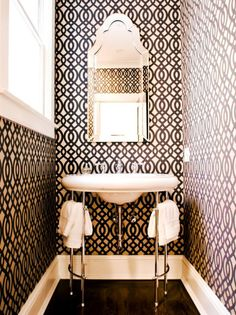 Graphic wallpaper in black and white in the bathroom  | RECOVETD #summer #vibes #currentlycoveting
