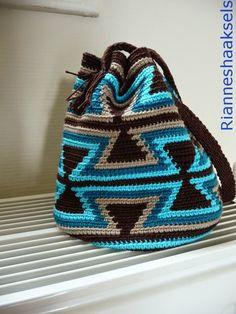 Wayuu Mochila Tapestry Crochet Free Patterns Tips & Guide Tapestry Crochet Patterns, Crotchet Patterns, Crochet Stitches, Knit Crochet, Crochet Hats, Crochet Handbags, Crochet Purses, Yarn Projects, Crochet Projects