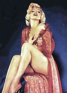 Maquillage classique (trait d'eye-liner et bouche rouge) pour l'icône Marilyn Monroe Photo de John FLOREA,