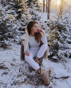 Best Ideas for photography girl winter pictures Winter Mode Outfits, Winter Fashion Outfits, Snow Fashion, Fashion Clothes, Trendy Fashion, Fashion Ideas, Girl Fashion, Winter Senior Pictures, Senior Pics