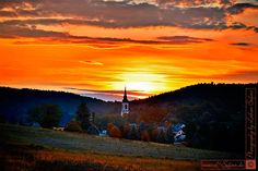 Wehrsdorf mit der Kirche. Sonnenunergang in der Oberlausitz. Fotografie von Lothar Seifert