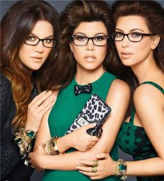 Kim Kardashian, Khourtney Kardashian, Khloe Kardashian, they dont even look smart wearing glasses. Khloe Kardashian, Kardashian Beauty, Kardashian Fashion, Kris Jenner, Les Collections Des Kardashian, Diamond Face Shape, Lunette Style, Kim And Kourtney, Pose