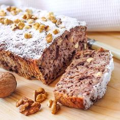 This banana walnut loaf will fill the house with the most wonderful aromas while it is baking. This tasty loaf is perfect for your afternoon coffee break. Banana Walnut Loaf Recipe from Grandmothers Kitchen. (all recipes banana bread) Banana Com Chocolate, Chocolate Chip Muffins, Cake Chocolate, Low Carb Desserts, Healthy Desserts, Healthy Treats, Loaf Recipes, Cooking Recipes, Banana Nut Cake