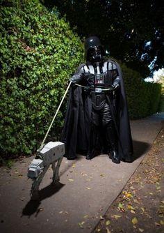 Darth Vader paseando al perro