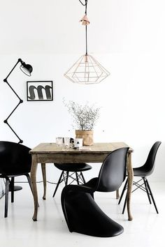 black and white dining room interior copper lamp Black And White Dining Room, White Dining Room Chairs, Living Room Chairs, Living Room Decor, Nursery Chairs, Küchen Design, Chair Design, Vitra Chair, White Interior Design