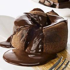 Υγρό Κέικ Σοκολάτας με Σάλτσα Σοκολάτας
