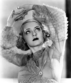 Film Noir Photos: Tracking with Closeups: Bette Davis Hollywood Sign, Old Hollywood Glamour, Golden Age Of Hollywood, Vintage Hollywood, Hollywood Fashion, Vintage Vogue, Hollywood Stars, Classic Hollywood, Vintage Fashion