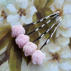 Vaaleanpunaiset kesäkukkaset pinnit Hair Jewelry, Bobby Pins, Hair Accessories, Beauty, Hair Pins, Beauty Illustration, Hair Accessory, Hair Barrettes