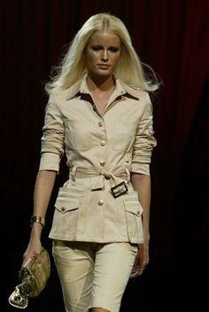 Versace Sahariana; Giacca sportiva, in cotone color kaki, lunga, con spalline e tasche a soffietto applicate, cintura in vita.