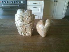 Beeldhouwen een uil en hart gemaakt uit speksteen