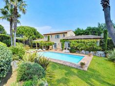 A short walk from the beach or the town. Ideal for us as I want to shop and hubby wants to swim. ST1406