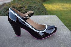 Cristofoli Pumps met lak en parelbloemetjes zwart high heel shoes black with pearl flowers www.retrofashion.be