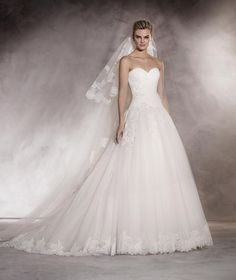 Almenar - Wedding dress in tulle with a sweetheart neckline, embroidery and gemstones
