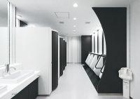 米子空港の位置する弓ヶ浜海岸の海岸線をモチーフにした、男子トイレのパーティション。