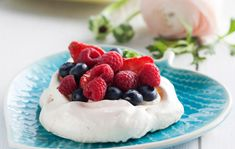 Pienet pavlovat/Small pavlovas with berries, Kotiliesi. Berries, Cheesecake, Pudding, Desserts, Food, Tailgate Desserts, Deserts, Cheese Cakes, Eten