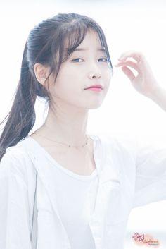 IU 160722 Incheon Airport departing for Nanjing Iu Fashion, Korean Fashion, Kpop Girl Groups, Kpop Girls, Korean Beauty, Asian Beauty, Korean Girl, Asian Girl, Korean Actresses