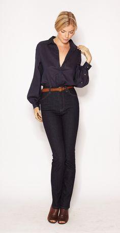 Mi estilo. pantalones negros y blusa con puntitos blancos y un gran cinturòn haciendo juego con las sandalias.