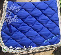 Magnifique tapis RG Italy bleu roy avec bord Madras et cordelettes assorties.