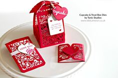 Bibi Cameron : Cupcake & Treat Box by Tonic Studios Cupcake Boxes, Box Cake, Yule Log Cake, Tonic Cards, Stampinup, Treat Holder, Pretty Box, Cake Plates, Box Packaging
