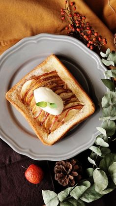 Recipe with video instructions: Make apple pie the easy way with toasted bread instead of a traditional crust. Ingredients: 1 slice thick bread, cream cheese, 1/2 red apple, 1/2 green apple, 20g butter, 2 tbsp sugar, cinnamon, vanilla ice cream