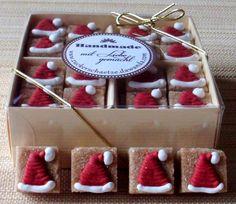 16 süsse, braune Würfelzucker mit Weihnachtsmannmütze aus Zucker!    Es liegt ein Hauch von Weihnachten über uns. Genießen Sie die warmen und gemütlichen Tage in Ihrem Heim und diese kleinen Kunstwerke aus Zucker auf Ihrer Weihnachtskaffeetafel.   Ihre Gäste werden staunen!    Verschenken Sie ein (Zucker) Stückchen Glück zusammen mit einer schönen Tasse. In einem Präsentkorb zusammen mit Kaffee, Tee und vielen anderen Dingen, sehen die Zuckerwürfel einfach herzallerliebst aus. Einzigartig…