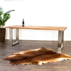 Der Massivholztisch aus Eichenholz wird in der Schweiz mit Strom aus Wasserkraft hergestellt. Table, Design, Furniture, Home Decor, Hydroelectric Power, Types Of Wood, Switzerland, Rustic, Decoration Home