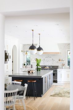 bright / open kitchen design See how one designer took her clients needs for a functional, yet beautiful home in Newport Beach. Brining in bold pops of navy amidst a primarily monochromatic palette, the result is bright, timeless and slightly bohemian. Best Kitchen Design, Kitchen Cabinet Design, Interior Design Kitchen, Home Design, New Kitchen, Kitchen Decor, Design Ideas, Blog Design, Kitchen Ideas