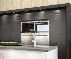 Takaseinän komerokokonaisuus on raamitettu ja valaistus korostaa kauniisti ovipintoja. A la Carte -keittiöt, Graffio. | #keittiö #kitchen