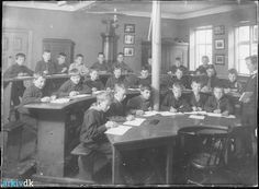 "arkiv.dk | Giersings Realskole, Søndergade 5. Billedet viser 4. klasse i ""fysik- salen"" ca. 1916."