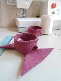 Project Felt Bowl: I would make it into a Thanksgiving bowl, w leaves made of paper, or felt. Baby Sewing Projects, Diy Craft Projects, Diy Crafts, Felt Diy, Felt Crafts, Etsy Fabric, Fabric Boxes, Flower Crafts, Pattern Making