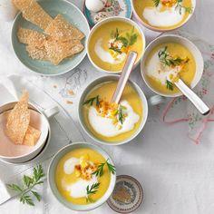 Frühlings-Samtsuppe mit Parmesan-Chips Rezept - [LIVING AT HOME]
