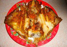 3. Cá đuối nướng nghệ: Đây là món ăn quen thuộc đối với người dân ven biển miền Trung. Chọn cá đuối tươi, làm sạch. Ướp cá với hỗn hợp nghệ, tỏi, tiêu đã băm nhỏ, nêm nếm mắm muối, dầu ăn, để cá ngấm gia vị trong 15 phút. Xếp lá gừng lên vỉ nướng, đặt cá trên trên. Đặt lên trên cá một lớp lá sao cho cá được bọc kín. Nướng cá trên bếp than hồng, trong lúc nướng ta nên quét thêm một ít dầu ăn lên bề mặt ngoài của lá bọc cá để lá không bị cháy khô.