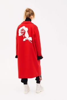 The complete MSGM Pre-Fall 2018 fashion show now on Vogue Runway. Vogue Fashion, Fashion News, Red Fashion, Stylish Coat, Autumn Fashion 2018, Ootd, Fashion Show Collection, Fashion History, Beautiful Outfits