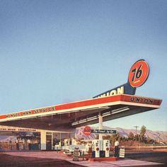 Station service 1954  - source 76 via Vintage Automobile Dealerships and Automobilia. Drive In, Old Gas Pumps, Vintage Gas Pumps, Rat Rods, Pompe A Essence, Oil Service, Old Gas Stations, Filling Station, Googie