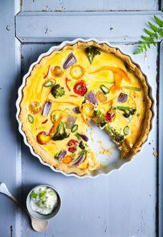 Rezept für bunte sommerliche Gemüse Quiche – ein Mittagessen aus allem, was der… Burger Recipes, Spicy Recipes, Veggie Recipes, Great Recipes, Healthy Recipes, Savoury Baking, Savoury Cake, Quiches, Vegan Pie
