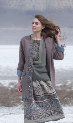 кафтан с супатной застежкой, блуза классическая и юбка из льняной коллекции. Сегмент класса люкс