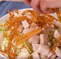 Salade asiatique aux nouilles accompagnée d'une vinaigrette maison au sésame - Recettes - Ma Fourchette