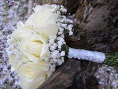 Klassisen talvimorsiamen valinta: valkoista ruusua ja harsokukkaa.